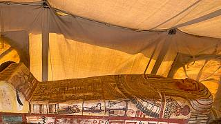 أحد التوابيت الأربعة عشر التي يزيد عمرها عن 2500 سنة تم اكتشافة في الصحراء. 2020/09/20