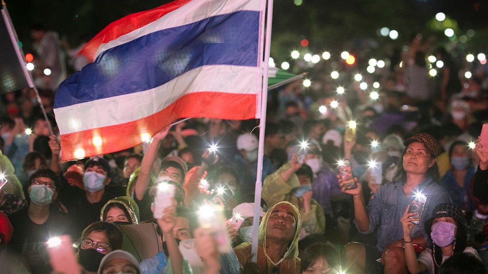 Tayland'da demokrasi yanlılarından ordu ve kral vesayetine karşı protesto