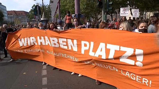 """Berlin'de """"yerimiz var"""" pankartı açan göstericiler"""