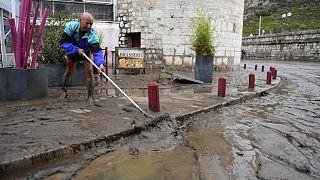 رجل بصدد إزالة الطين بعد الفيضانات في أندوز جنوب شرقي فرنسا. 2020/11/19