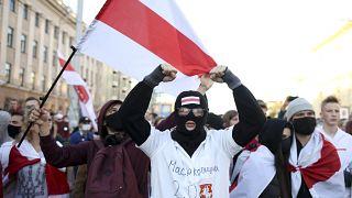 Decenas de miles de bielorrusos que exigían la renuncia del presidente marcharon por la capital el domingo, cuando la ola de protestas del país entraba en su séptima semana.