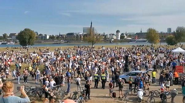 معترضان در دوسلدورف آلمان علیه محدودیتها بهخاطر کرونا شعار دادند