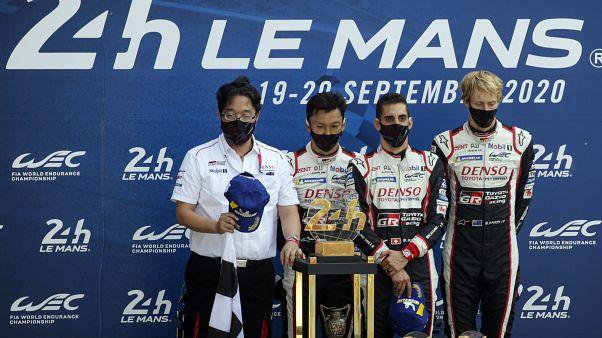 v.l.n.r. Teamchef Akio Toyoda, Kazuki Nakajima, Sebastien Buemi, Brendon Hartley