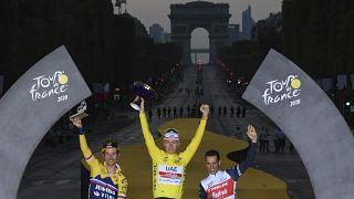 La Slovenia celebra la vittoria di Pogacar. In Francia sorgono dubbi sul fresco vincitore del Tour