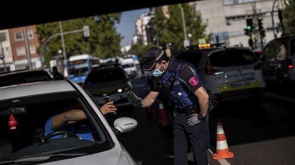 Control de policía en Madrid para imponer las restricciones a la movilidad en ciertas áreas de la capital española, 21 de septiembre 2020