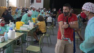 Profesores se someten al test del coronavirus el 2 de septiembre de 2020, en Madrid, España.