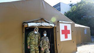 Katonák a sátorrendszernél a Dél-Pesti Centrumkórház udvarán