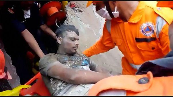 Des survivants extraits des décombres après l'effondrement d'un immeuble en Inde