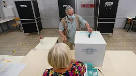 Un elettore ad un seggio romano