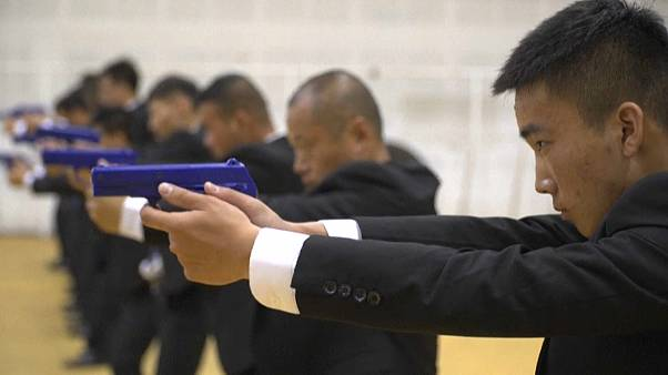 طلاب صينيون يتدربون بمعهد لتكوين حراس شخصيين