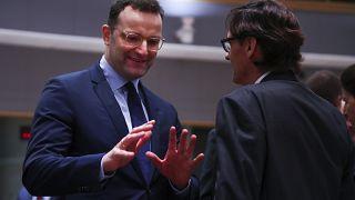 Der deutsche Gesundheitsminister Jens Spahn im Gespräch mit seinem spanischen Amtskollegen Salvador Illa, Brüssel, 13.2.20