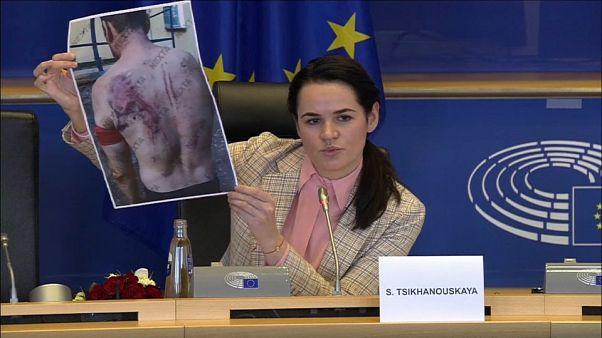 Oppositionsführerin Swetlana Tichanowskaja zeigt Fotos von Gefolterten