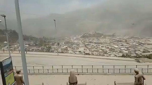 La ceniza del volcán Sangay cubre las calles de seis regiones de Ecuador