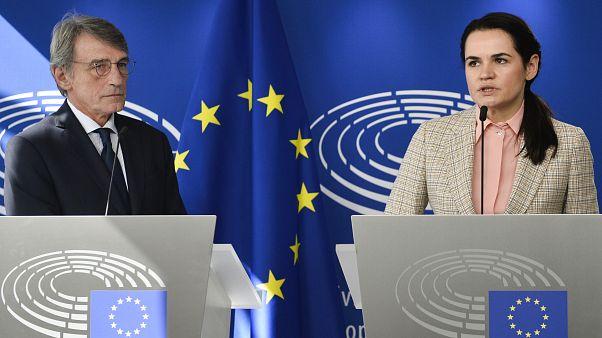 زعيمة المعارضة البيلاروسية سفياتلانا تسيخانوسكايا (يمينا) ورئيس البرلمان الأوروبي ديفيد ساسولي (يسار)