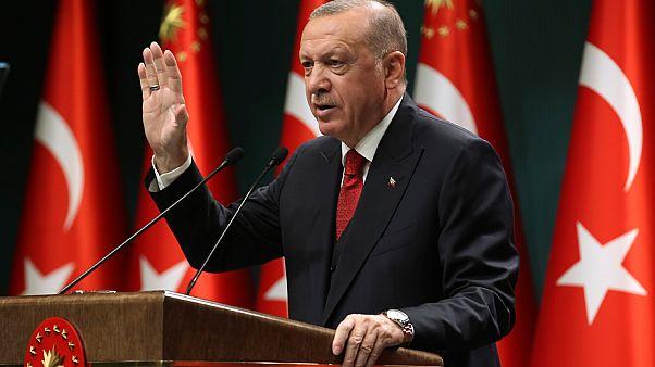 الرئيس التركي رجب طيب أردوغان يتحدث في خطاب متلفز عقب اجتماع لمجلس الوزراء في أنقرة