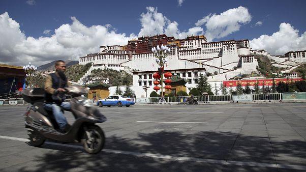 Çin'in Tibet Özerk Bölgesi'nde yer alan Potala Potala Sarayı