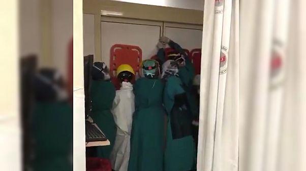 Keçiören Eğitim ve Araştırma Hastanesinde kapıyı tutan sağlık çalışanları