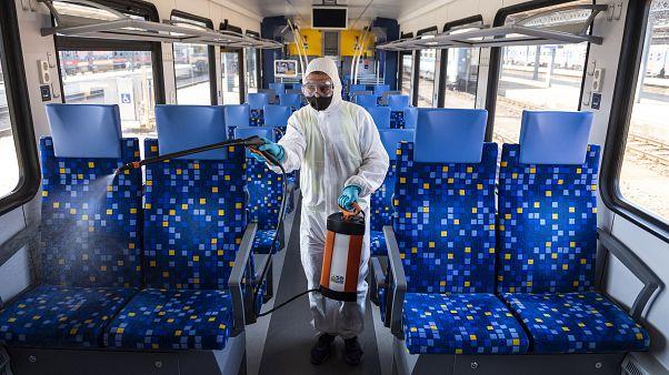 Flirt motorvonat utasterét fertőtlenítik a Keleti pályaudvaron 2020. szeptember 14-én