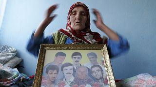 امرأة بوسنية مسلمة مع صورة لأحبائها الذين ذبحوا في واحدة من أفظع المجازر الذي عرفها التاريخ