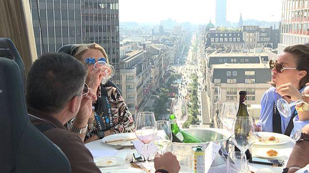 شاهد: تناول العشاء معلقاً في الهواء وبعيداً عن كوفيد-19 في بروكسل