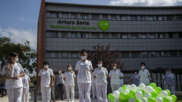 "Trabajadoras de ""DomusVi Arturo Soria"" guardan un minuto de silencio, Madrid, España, 15/9/2020"