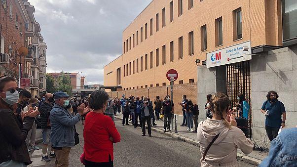 Concentración a las puertas del centro de salud San Andrés, en Villaverde Alto, Madrid, España.