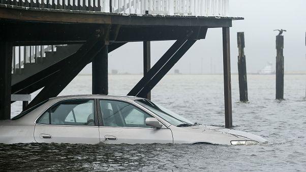 أمطار العاصفة بيتا غمرت السيارات في مناطق من تكساس
