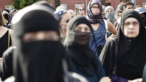 Акция протеста против запрета на платки, скрывающие лица, в Копенгагене 1 августа 2018