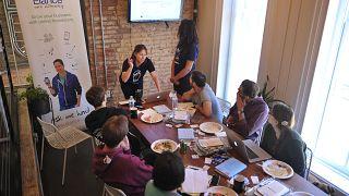 شرکت گروهی از کارکنان در زمان ناهار در سمینار یک شرکت کاریابی اینترنتی آمریکایی
