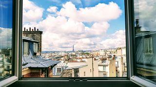 Blick aus dem Fenster auf den Eiffelturm, Paris, Frankreich