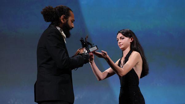 Ismaël El Iraki riceve il premio Orizzonti per la migliore attrice a nome di Khansa Batma