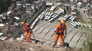 A Rio, des éboueurs face à des montagnes de déchets