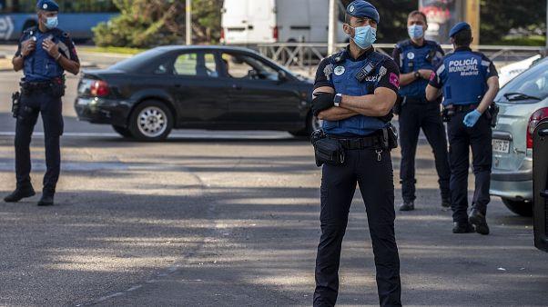 Control de policía en la entrada de una de las zonas restringidas por el coronavirus