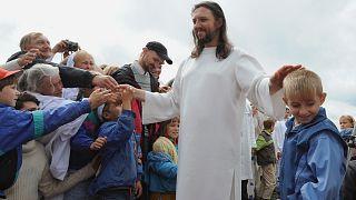 """فيساريون المعلم"""" أو"""" يسوع سيبيريا """" سيرغي توروب يلتقي بأتباعه في قرية بيتروبافلوفكا الروسي"""