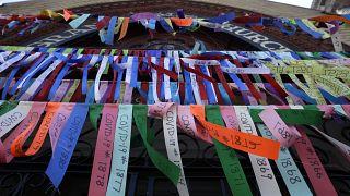 Ленты в память о жертвах пандемии на фасаде собора в Бостоне, 19 мая 2020