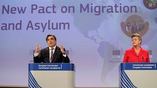 I commissari Schinas (sinistra) e Johansson (destra) durante la presentazione del Patto europeo per la migrazione e l'asilo