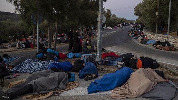 Migrantes en las calles cercanas del campo de refugiados de Moria, en Lesbos, Grecia, tras el incendio