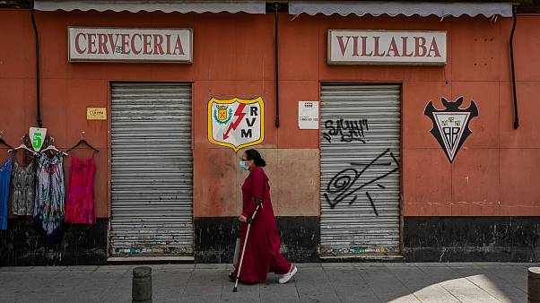 Una donna cammina nel quartiere di Vallecas a Madrid