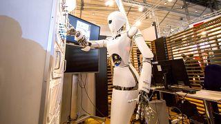 رجل آلي يضغط على لوحة مفاتيح الكترونية في المركز الألماني لبحوث الذكاء الاصطناعي. 2013/03/05