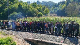 Menekültek várakoznak a Vörös kereszt ételosztásán Boszniában