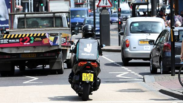 En esta foto de archivo con fecha del viernes 15 de junio de 2018, se ve a un conductor de Deliveroo en el tráfico del norte de Londres.
