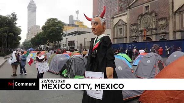 شاهد: خصوم الرئيس المكسيكي ينصبون الخيام في مكسيكو سيتي