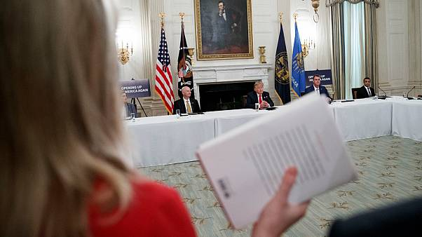 صحفية تحمل نسخة من كتاب بولتون أمام ترامب