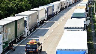 Archives : des camions bloqué sur l'autoroute M20 dans le Kent, le 1er juillet 2015