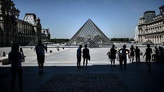 ساحة متحف اللوفر في باريس. 2020/08/06