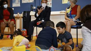 Emmanuel Macron avec des enfants