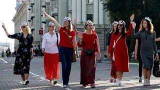 Первые акции протеста в Минске после инаугурации Лукашенко: женщины надели короны, провозгласив себя королевами