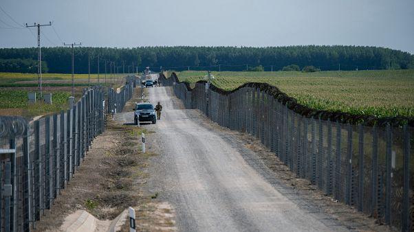Katonák járőrőznek a határzár mellett a magyar-szerb határon 2020. július 16-án.