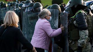 Une femme face aux policiers à Minsk au Bélarus, le 23 septembre 2020