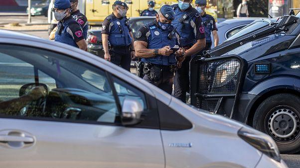 Polícia em posto de controlo em Madrid